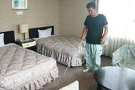 垂水ベイサイドホテルアザレアの客室にて室内用消臭剤「においを食べる水」を使用している様子